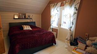 Yläkerran toinen makuuhuone, josta käynti parvekkeelle