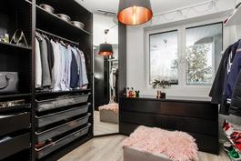 Alakerran makuuhuone joka muutettu vaatehuoneeksi