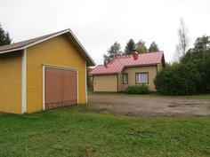 Pihapiiriä, autotalli ja asuinrakennus