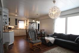 Keittiö ja olohuone ovat mukavaa yhteistä tilaa