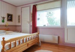 Makuuhuoneessa vaatehuone ja parveke