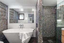 Upeassa, 2015 remontoidussa kylpyhuoneessa on amme