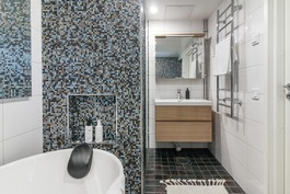 Kylpyhuoneessa on IDOn pesuallas ja vetolaatikosto