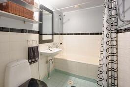 Toinen suihkuhuone