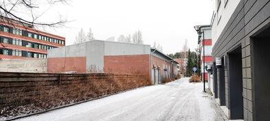 Autohalli sijaitsee taloyhtiön takana Sepänkadulla