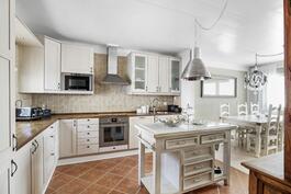 Tilava ja kodikas keittiö yhdistyy luontevasti ruokailutilaan ja olohuoneeseen.