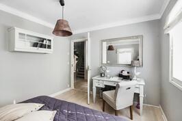 Alakerran makuuhuone kuvattuna huoneen sisältä
