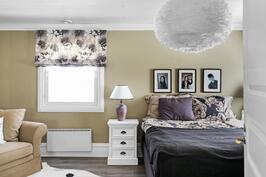 Yläkerran master bedroom ja vaatehuone yhdessä ja erikseen ovat todella suuret.