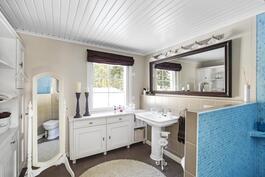 Yläkerran kylpyhuone designed by Marko Paananen