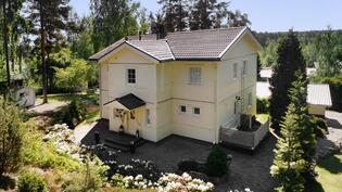 Talo takaapäin kuvattuna, josta sisäänkäynti