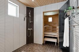 Kylpyhuone- ja saunatilat alakerrassa