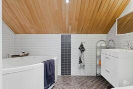 Yläkerran kylpyhuoneessa on kulmaporeamme