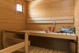 Ikkunallinen vaalea sauna rauhaisiin löylyhetkiin