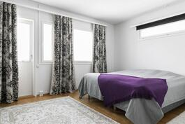 Yläkerran makuuhuoneesta käynti parvekkeelle