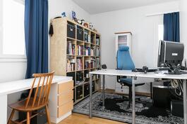 Alakerran makuuhuone toimii myös työhuoneena