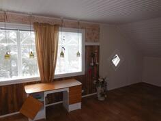 4. ja 5. makuuhuone ,nyt jaettu kevyellä välisenällä mh:seen ja vaateh:seen (yläkerta))