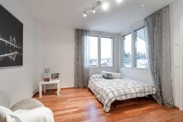 Yläkerran makuuhuoneessa 4 on vaatehuone ja syvennys työpöydälle