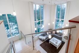 Korkeista ikkunoista on rauhoittavat metsäiset näkymät