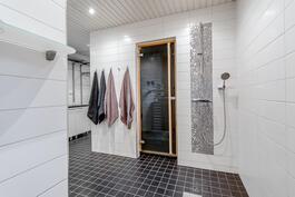 Molempien suihkujen taustalla on tehosteena kimmeltävää metallinhohtoista mosaiikkilaattaa