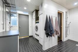 Kylpyhuoneen yhteydessä on kodinhoitohuone omalla sisäänkäynnillä