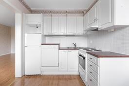 Valoisassa keittiössä on tilaa kokkailla.