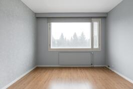 Iso ikkuna päästää luonnonvalon makuuhuoneeseen