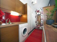 Kodinhoitohuone, jossa hyvät säilytystilat sekä pesukoneliitäntä, vesipiste sekä lattiakaivo.