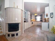 Välikerroksen toimiva keittiö sekä varaava takka.
