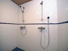 1 kerroksessa on myös kylpyhuone sekä sauna.