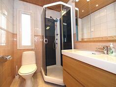 Yläkerran ikkunallinen suihku/wc.