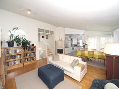 Välikerroksessa on avara olohuone, ruokailutila sekä ihan keittiö.