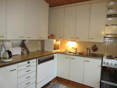 Talon keittiön kaapistot ovat täyttä puuta ja ovat 70-luvun retromalliset!