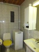 Laatoitetuissa wc-tiloissa on myös pesukoneliitäntä ja viemäriputket ovat muovia!