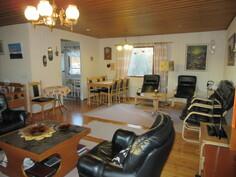Talossa on lisäksi runsaasti kodikasta puupintaa ja sisäkatto on naulattu kuparinauloin!