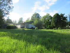 Kuvassa talon takapihan puoleisesta nurmikko/peltoalueesta!