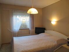 Kuvassa talon siistikuntoinen makuuhuone ja makuuhuoneissa on myös ...