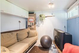 Alakerran pesutilojen yhteydessä pukuhuone/telkkaritila