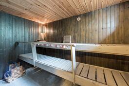 Sauna sijaitsee alakerrassa