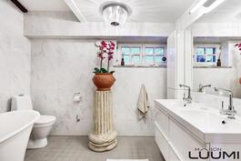 kaksi kylpyhuonetta