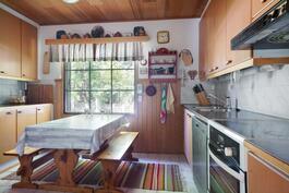 Keittiön yhteydessä oma kodinhoitotila.