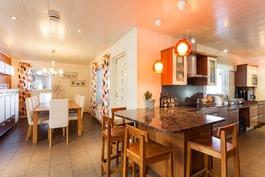ruokailutila ja keittiö