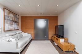 olohuone, josta käynti saunaosastolle