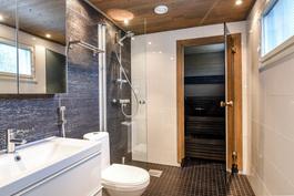 Upea kylpyhuone saunan yhteydessä