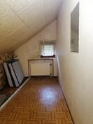 Yläkerran vaatehuone