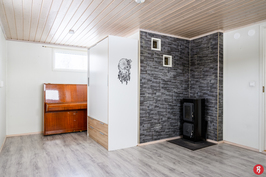 Makuuhuone/saunakamari, jossa kaunis kamiina.