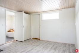 Makuuhuoneesta/saunakamarista ovi etupihan terassille.