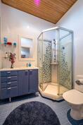 Yläkerran kylpyhuoneessa suihkukaappi.