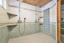 pesuhuone 2 suihkua