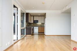 Näkymä olohuoneesta keittiötilaan