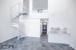 Rakentajan aiempaa tuotantoa, loft huoneistoissa tummanharmaa vinyylilankkulattia.